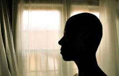 ΝΕΑ ΕΙΔΗΣΕΙΣ (Γνωστή παρουσιάστρια έβγαλε την περούκα της οn camera για να δείξει τον αγώνα της με τον καρκίνο (ΦΩΤΟ))