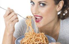ΝΕΑ ΕΙΔΗΣΕΙΣ (Γυναίκα τρώει μακαρόνια ενώ οδηγεί και γίνεται viral (ΒΙΝΤΕΟ))