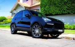 ΝΕΑ ΕΙΔΗΣΕΙΣ (Ανήλικος διέλυσε Porsche Cayenne προσπαθώντας να τη βάλει στο γκαράζ (ΒΙΝΤΕΟ))