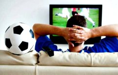 ΝΕΑ ΕΙΔΗΣΕΙΣ (Έκανε μια τρελή φάρσα στο αγόρι της την ώρα του ματς και η αντίδρασή του ήταν απρόβλεπτη (ΒΙΝΤΕΟ))
