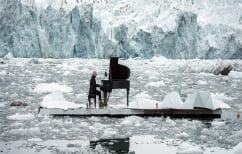 ΝΕΑ ΕΙΔΗΣΕΙΣ (Ο Ludovico Einaudi παίζει την «Ελεγεία για την Αρκτική» πάνω στα παγωμένα της νερά)