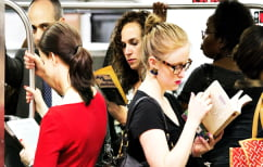 ΝΕΑ ΕΙΔΗΣΕΙΣ (Η επιβάτης του μετρό της Νέας Υόρκης μάλλον διαβάζει κάτι περίεργο… (ΦΩΤΟ))