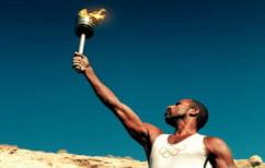 ΝΕΑ ΕΙΔΗΣΕΙΣ (Έριξε νερό για να σβήσει την Ολυμπιακή φλόγα την ώρα που έτρεχε ο δρομέας (ΒΙΝΤΕΟ))