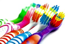 ΝΕΑ ΕΙΔΗΣΕΙΣ (Τι κινδύνους κρύβει η οδοντόβουρτσα)