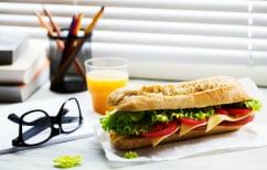 """ΝΕΑ ΕΙΔΗΣΕΙΣ (Πέντε διατροφικές συνήθειες που """"σκοτώνουν"""" την παραγωγικότητα στο γραφείο)"""
