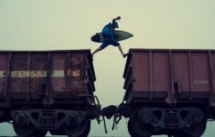 """ΝΕΑ ΕΙΔΗΣΕΙΣ (Ρισκάρουν τις ζωές τους κάνοντας… """"train-surfing"""" στο Παρίσι (ΒΙΝΤΕΟ))"""