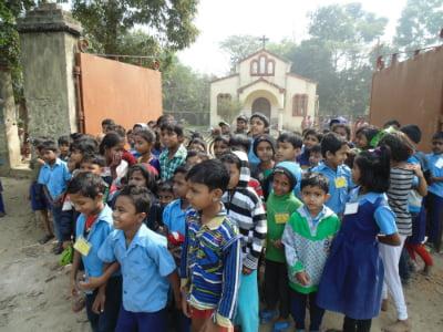 μαθητές απο το σχολείο στο χωριό