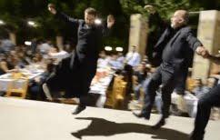 ΝΕΑ ΕΙΔΗΣΕΙΣ (Κρήτη: Μερακλής παπάς εντυπωσιάζει με τις χορευτικές του ικανότητες [Βίντεο])