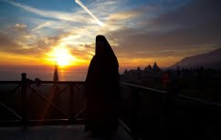 ΝΕΑ ΕΙΔΗΣΕΙΣ (Μοναχός στη Σάμο πέταξε τα ράσα για μια Γερμανίδα τουρίστρια!)