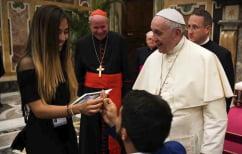 ΝΕΑ ΕΙΔΗΣΕΙΣ (Ρομαντισμός στο Βατικανό – Της έκανε πρόταση γάμου μπροστά στον Πάπα [ΒΙΝΤΕΟ])