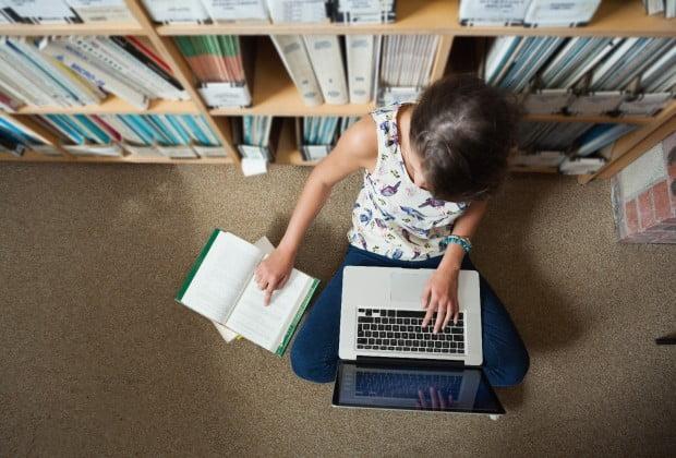 foitites-neoi-laptop-macbook-vivliothiki-youth-foithtes-panepistimio-panepisthmio-university-diavasma-eksetastiki-exetastiki-620x420
