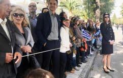 ΝΕΑ ΕΙΔΗΣΕΙΣ (Ο Μητσοτάκης ανάμεσα στους γονείς παρακολουθεί την παρέλαση της κόρης του)