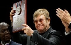 ΝΕΑ ΕΙΔΗΣΕΙΣ (Ο Elton John βραβεύεται για το φιλανθρωπικό του έργο)