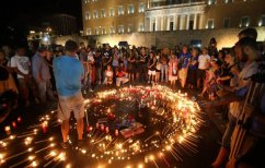 ΝΕΑ ΕΙΔΗΣΕΙΣ (Εκατοντάδες πολίτες συγκεντρώθηκαν στο Σύνταγμα για να τιμήσουν τη μνήμη των θυμάτων της πυρκαγιάς)
