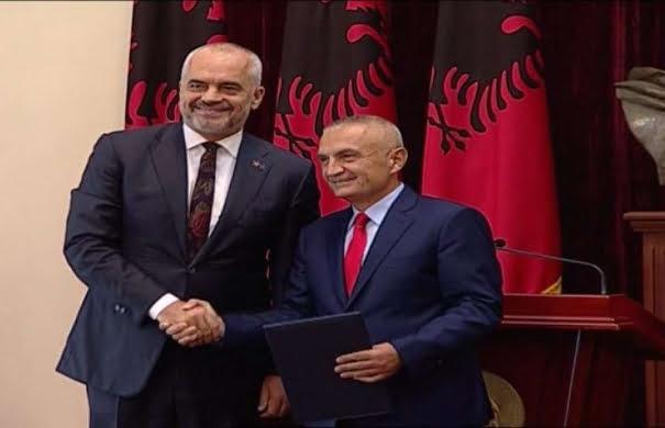 Ο πρόεδρος Μέτα (δεξιά) και ο πρωθυπουργός Ράμα (αριστερά)