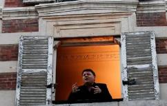 ΝΕΑ ΕΙΔΗΣΕΙΣ (Ένας τενόρος τραγουδάει από το παράθυρό του για το δεύτερο lockdown (vid))