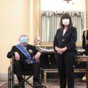 ΝΕΑ ΕΙΔΗΣΕΙΣ (Η Σακελλαροπούλου παρασημοφόρησε τον 97χρονο Τσούνη για την προσφορά του στις Ένοπλες Δυνάμεις)